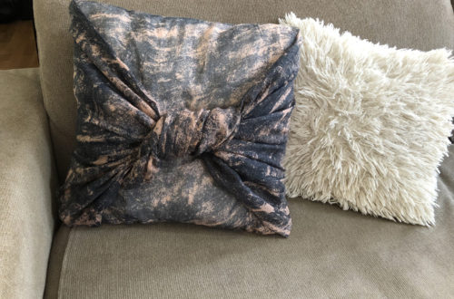 diy πώς να ντύσεις ένα μαξιλάρι με ένα φουλάρι