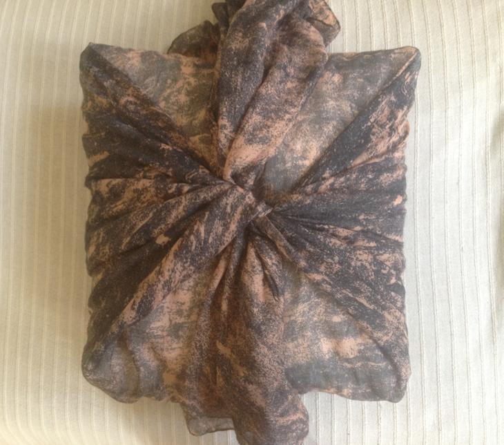diy πώς να ντύσεις μαξιλάρι με φουλάρι